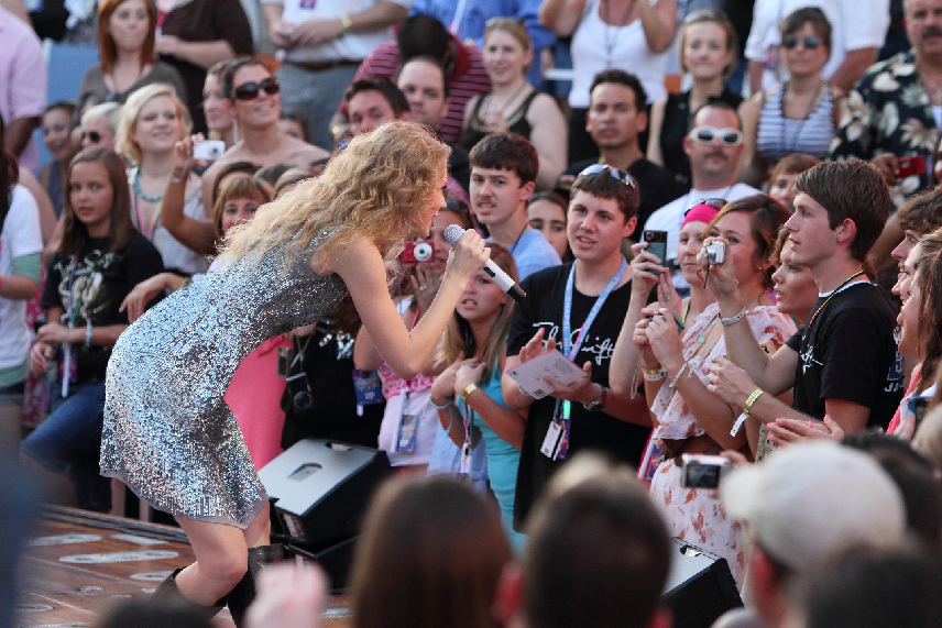 Click on the photo to view more pictures of Taylor Swifts performance onboard Allure!